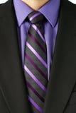 Hombre con el lazo rayado púrpura Foto de archivo libre de regalías