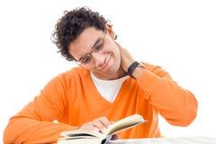 Hombre con el libro de lectura del dolor de cuello Imagenes de archivo