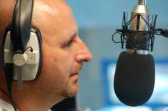 Hombre con el micrófono de radio Fotografía de archivo libre de regalías