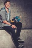 Hombre con el monopatín al aire libre Imagen de archivo