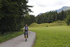 Hombre con el moutainbike Foto de archivo libre de regalías