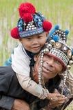 Hombre con el niño en Asia, Akha Fotos de archivo libres de regalías