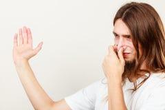 Hombre con el olor del sudor fotografía de archivo