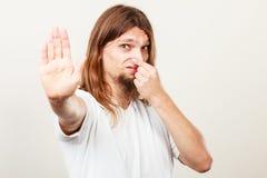 Hombre con el olor del sudor fotos de archivo