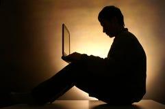 Hombre con el ordenador Fotos de archivo libres de regalías