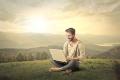 Hombre con el ordenador foto de archivo libre de regalías