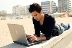 Hombre con el ordenador al aire libre Imagenes de archivo