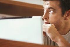 Hombre con el ordenador portátil Imagen de archivo libre de regalías