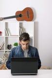Hombre con el ordenador portátil Fotos de archivo libres de regalías