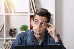 Hombre con el ordenador portátil en casa Foto de archivo libre de regalías