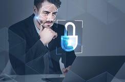 Hombre con el ordenador portátil, seguridad del reconocimiento de cara fotografía de archivo libre de regalías
