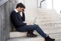 Hombre con el ordenador y las malas noticias Fotografía de archivo