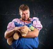 Hombre con el oso del juguete fotos de archivo