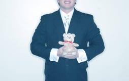 Hombre con el oso relleno Imagen de archivo
