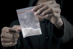 Hombre con el paquete de cocaína Fotos de archivo libres de regalías