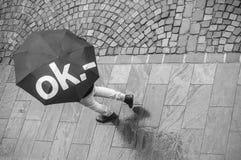 Hombre con el paraguas en lugar del adoquín Fotos de archivo