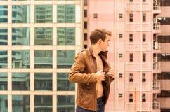 Hombre con el pecho desnudo que lleva una chaqueta Fotos de archivo