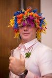 Hombre con el pelo coloreado, la peluca extraña y la camisa Imagenes de archivo