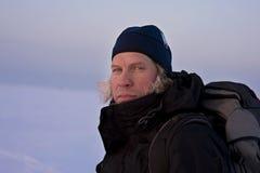 Hombre con el pelo cubierto en nieve Fotos de archivo