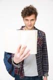 Hombre con el pelo rizado que sostiene el cuaderno en blanco Fotos de archivo