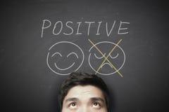 Hombre con el pensamiento positivo imagenes de archivo