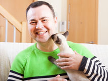 Hombre   con el pequeño animal doméstico Imagenes de archivo
