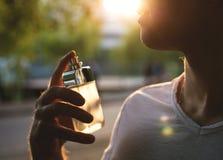 Hombre con el perfume masculino sobre fondo de la naturaleza fotos de archivo libres de regalías