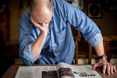 Hombre con el periódico Foto de archivo libre de regalías