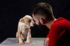Hombre con el perrito Imagen de archivo