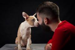 Hombre con el perrito Fotografía de archivo libre de regalías