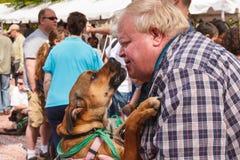 Hombre con el perro en el evento de la adopción Fotografía de archivo libre de regalías
