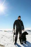 Hombre con el perro en montañas Fotografía de archivo libre de regalías