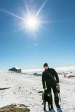 Hombre con el perro en montañas Imagen de archivo libre de regalías