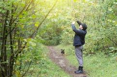Hombre con el perro en parque Fotografía de archivo libre de regalías