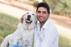 Hombre con el perro mayor viejo de Labrador Foto de archivo