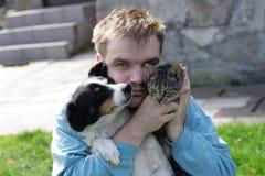 Hombre con el perro y el gato Foto de archivo libre de regalías