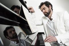 Hombre con el piano Fotos de archivo libres de regalías