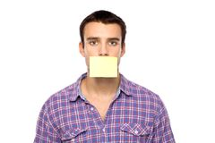 Hombre con el post-it en los labios Foto de archivo libre de regalías