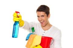 Hombre con el pulimento. Limpieza del apartamento. Hogar Fotografía de archivo