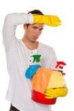 Hombre con el pulimento. Limpieza del apartamento. Hogar Fotos de archivo libres de regalías