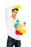 Hombre con el pulimento. Limpieza del apartamento. Hogar foto de archivo