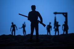 Hombre con el r?pido contra ataque del zombi Apocalipsis del zombi Opini?n asustadiza zombis borrosos en el cementerio y el cielo fotos de archivo libres de regalías