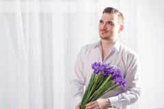 Hombre con el ramo de flores Imagen de archivo