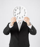 Hombre con el reloj de pared Fotografía de archivo