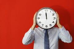 Hombre con el reloj de pared Foto de archivo