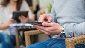 Hombre con el reloj usando el smartphone, primer. Fotografía de archivo