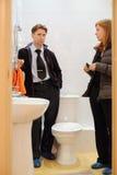 Hombre con el retrete pequeño y limpio joven de la mirada del agente inmobiliario Imagen de archivo libre de regalías