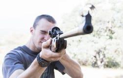 Hombre con el rifle Foto de archivo libre de regalías