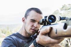 Hombre con el rifle Imágenes de archivo libres de regalías