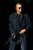 Hombre con el rifle de asalto Fotos de archivo